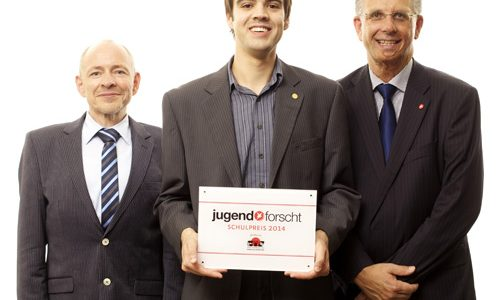 Mitte: PreistrŠger, links: Klaus Eikmeier (cts-reisen), Dr. Nico Koch (Jugend forscht)